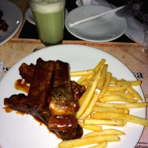 Costillas bbq con papas francesas