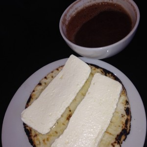 Arepa con queso y chocolate