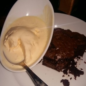 Brownie con helado.