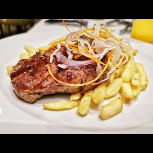 filete de res con papas fritas