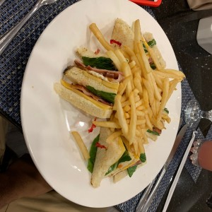 Club sandwich con papas