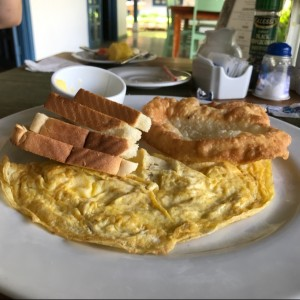 Omelette con tostadas y hojaldre