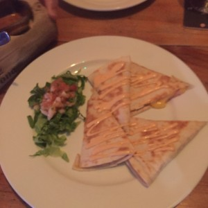 quesadillas de jamon con lechuga y pico de gallo