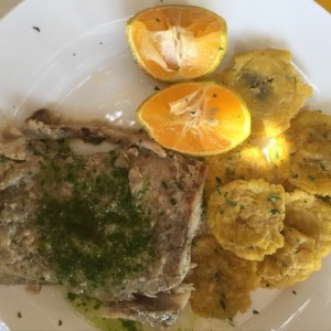 filete de corvina al ajillo con patacones