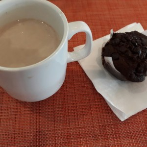 Chocolate caliente y muffin de chocolate