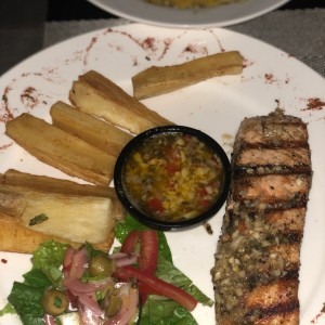 filete de salmon al ajillo con yuca frita