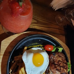 daiquirí de fresa  y filete de carne