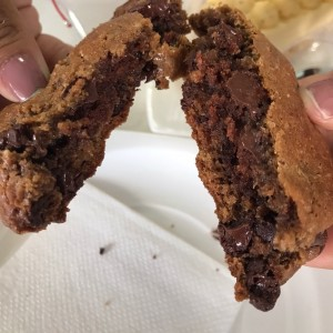 galleta de chispas rellena de brownie