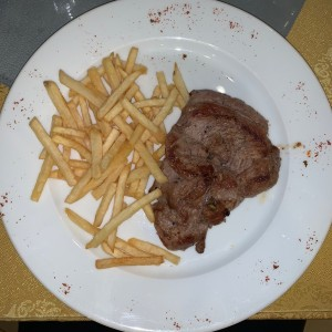 Filete de res a la plancha con papas fritas