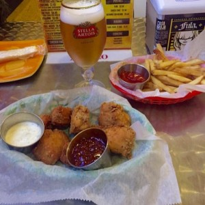 7 boneless wings + salsa Backfire; papas regulares & Stella Artois. Aprox $11.00