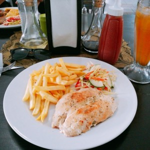Filete de pollo con papas fritas