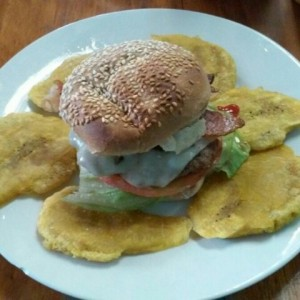 burger con bacon y patacones