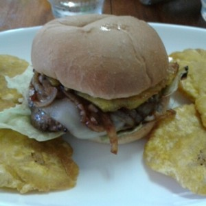 Burger con piña, grilled onion y queso suizo.. deli!!