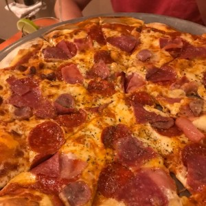 pizza de pepperoni y itras carnes