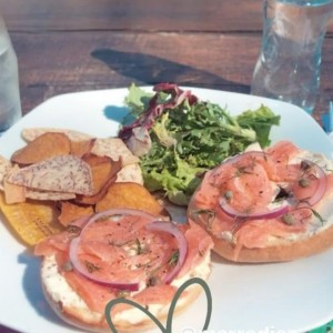 bagels con salmon