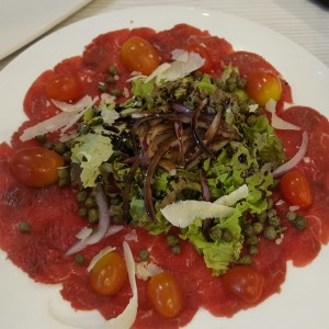 Carpaccio de filete de res con albahaca y queso provolone