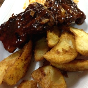 Ribs, Papas Wedge y Cole Slaw