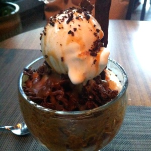 Brownie con helado y bacon