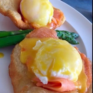 hojaldres con eggs benedicts y salmon