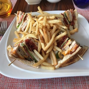 Club sándwich con pavo ahumado, papas fritas o ensalada / Club sandwich with smoked turkey, served with French fries or salad
