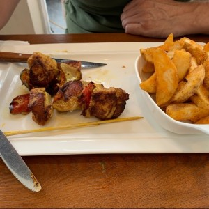 brocheta de pollo con papas
