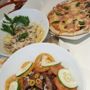 steak salad, spaghetties con hongos y pizza tree house
