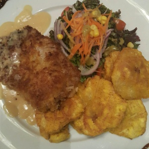 Filete de corvina apanado con patacon