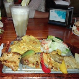 Limonada y brochetas