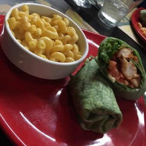 Buffalo chicken wrap y mac and cheese