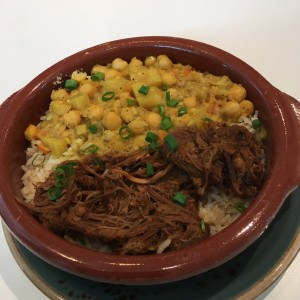 Falda con vegetales sobre arroz con curry