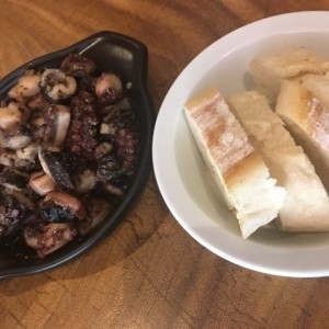 pulpo al ajillo con pan