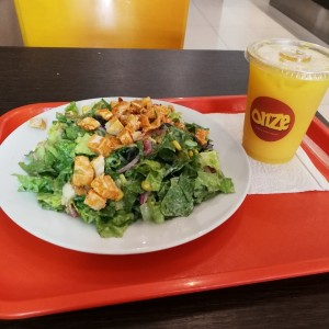 Buffalo Chicken Salad + Jugo de Naranja