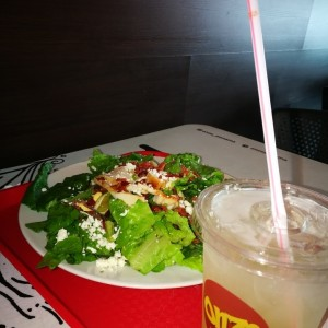 Chicken BLT Salad con limonada