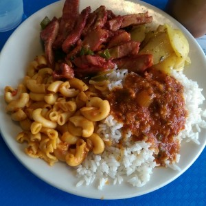 Tasajo, arroz, coditos, papas al curry