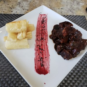 Costillas de res con yucas