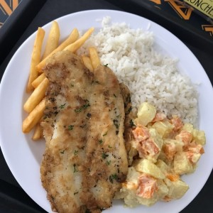 filete de pescado con arroz, ensalada y papas