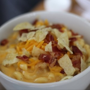 mac and cheese de pollo buffalo con bacon y lays