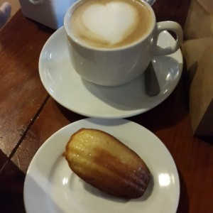 capuccino y madeleine
