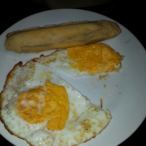 Huevos fritos con bollo y cafe