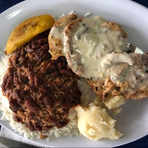 Pollo con porotos y arroz con pure