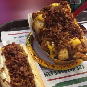 Hotdog queso con bacon y papas grandes queso con bacon
