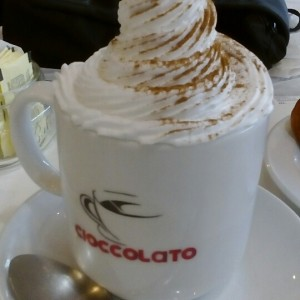 café latte con crema chantilly