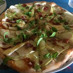 pizza de queso brie y manzanas