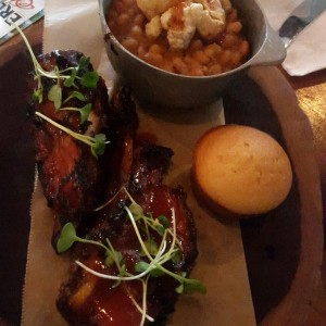 ribs, pork and beans y muffin de maiz