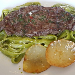 Tallarines verdes con Churrasco