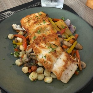 Filete de corvina sobre vegetales