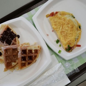 Omelete completo / Waffles con chocolate, arequipe, miel