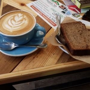 capuchino y  banana bread