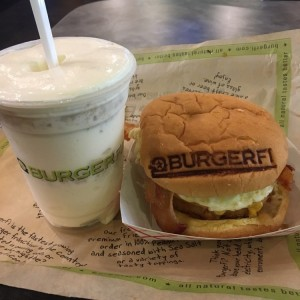 breakfast all day burger + concrete de pie de limon