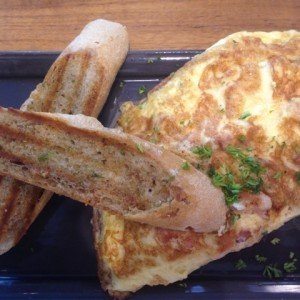 omelette con bacon y emmental
